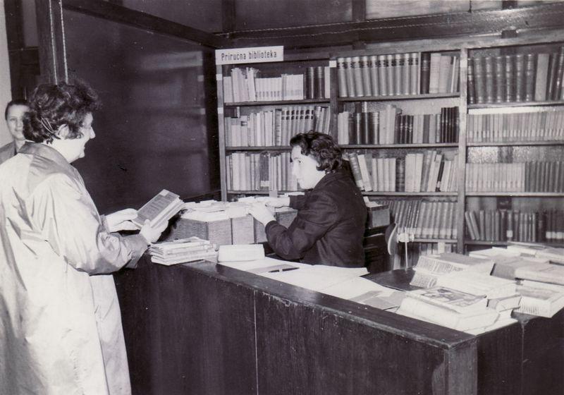 Knjižničarka zadužuje knjige