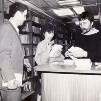 Zaduživanje knjiga u bibliobusu